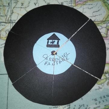 Durante el recorrido por el parque de atracciones, recogerán pedazos de un disco de vinilo.